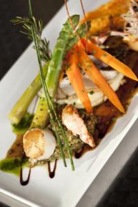 Plat de poissons, crustacés et légumes divers